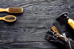 Brosses, hairdryer et laque sur l'espace en bois gris de vue supérieure de fond pour le texte image libre de droits