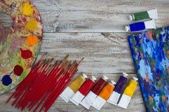 Brosses, peinture, palette sur le fond en bois photos libres de droits