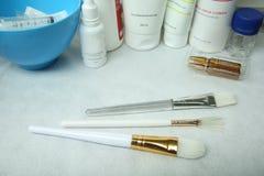 Brosses pour des procédures cosmétiques sur la table image stock