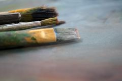 Brosses pour dessiner sur la palette images stock