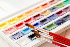 Brosses pour la peinture de couleur d'eau et l'ensemble de peintures d'aquarelle Photo libre de droits