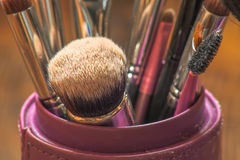 Brosses professionnelles de maquillage dans le tube Image stock
