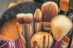 Brosses professionnelles de maquillage dans le tube Images stock