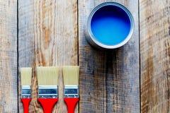 Brosses sur le plancher en bois avec le pot de la vue supérieure de peinture Photos libres de droits