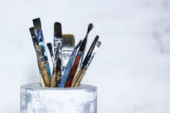 Brosses utilisées pour peindre dans le vase concret Photographie stock