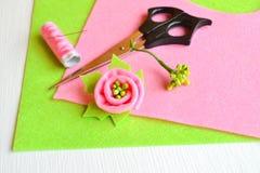 Broszka kwiat czuł, nożyce, nić, igła - dlaczego robić handmade broszce, szwalny zestaw Fotografia Stock
