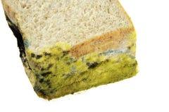 Brot abgelaufen auf weißem Hintergrund Stockfoto