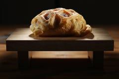 Brot auf Ausschnittvorstand Lizenzfreie Stockbilder