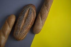 Brot auf dem Hintergrund stockfoto