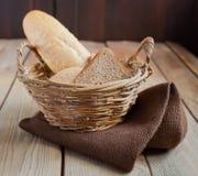 Brot auf dem Korb Lizenzfreies Stockbild