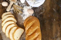 Brot auf einem dunklen Holztisch Lizenzfreie Stockfotos