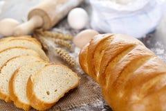 Brot auf einem dunklen Holztisch Stockfotos