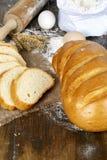 Brot auf einem dunklen Holztisch Lizenzfreies Stockfoto