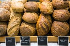 Brot auf einem Stand in einer Bäckerei Stockbild