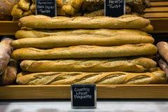 Brot auf einem Stand in einer Bäckerei Stockfoto