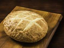 Brot auf einem Vorstand lizenzfreies stockfoto