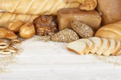 Brot auf einem weißen Holztisch Lizenzfreie Stockfotos