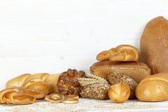 Brot auf einem weißen Holztisch Lizenzfreies Stockfoto