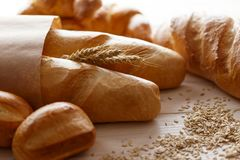 Brot auf einem weißen Holztisch Lizenzfreie Stockbilder