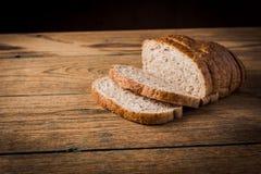 Brot auf einer hölzernen Tabelle Lizenzfreie Stockfotografie