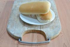 Brot auf hölzernem Hiebblock Stockbild