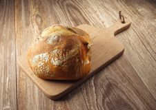 Brot auf hölzernem Schneidebrett Stockfotografie