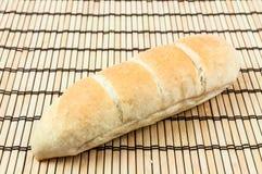 Brot auf hölzerner Matte Lizenzfreie Stockfotografie