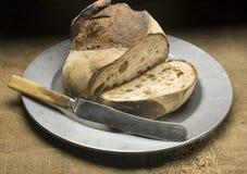Brot auf Metallplatten Stockbilder