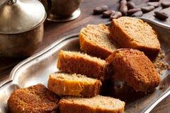Brot auf silbernem Teller Stockfoto