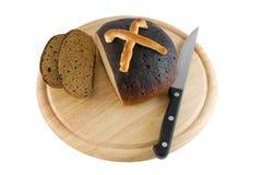 Brot an Bord geschnitten Stockfoto