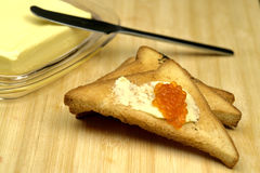 Brot, Butter und roter Kaviar Stockfotografie