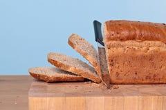 Brot, das geschnitten wird Stockbild