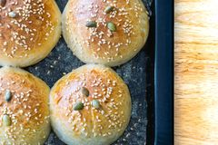 Brot, das mit Samen auf Platten- und Holzbeschaffenheit knetet lizenzfreie stockbilder