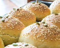 Brot, das mit Samen in der Perspektive knetet lizenzfreie stockfotos