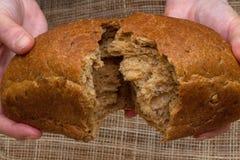 Brot in den Händen eines Mannes stockfoto