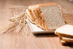 Brot in der Platte auf hölzerner Tabelle Stockfotos