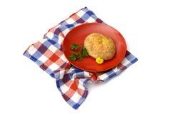 Brot in der roten Platte und in der Serviette lizenzfreie stockbilder