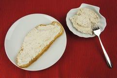 Brot des Thunfischs breitete auf weißer Platte und Schüssel aus stockfoto