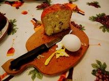 Brot, Ei, Messerlebensmittel auf dem Tisch Stockfotos