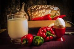 Brot, Ei, Milch und Gemüse Frühstück Stockbild