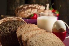 Brot, Ei, Milch und Gemüse Frühstück Lizenzfreie Stockbilder