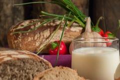 Brot, Ei, Milch und Gemüse Frühstück Stockfotografie
