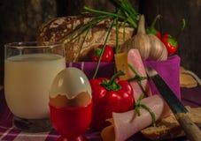 Brot, Ei, Milch und Gemüse Frühstück Lizenzfreies Stockfoto