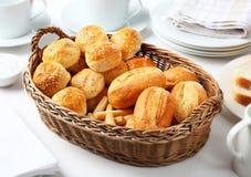 Brot in einem Korb Stockbilder