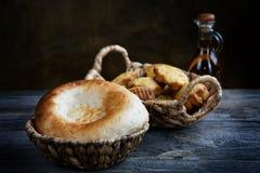 Brot in einem Korb und in einem Olivenöl Stockfoto