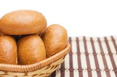 Brot in einem wattled Korb getrennt auf Weiß stockfotos