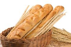 Brot in einem Weidenkorb, französisches Stangenbrot, Zusammensetzung mit den Weizenährchen Lizenzfreies Stockfoto