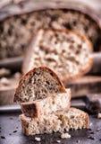 Brot Frisches Brot Selbst gemachtes traditionelles Brot Geschnittene Brotkrumen Messer und Kreuzkümmel Lizenzfreie Stockbilder