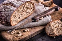 Brot Frisches Brot Selbst gemachtes traditionelles Brot Geschnittene Brotkrumen Messer und Kreuzkümmel Lizenzfreie Stockfotos