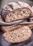 Brot Frisches Brot Selbst gemachtes traditionelles Brot Geschnittene Brotkrumen Messer und Kreuzkümmel Stockfoto